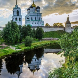 Jigsaw puzzle: View of the Trinity Cathedral of the Pskov Kremlin