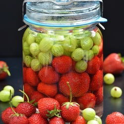 Jigsaw puzzle: Strawberries and gooseberries