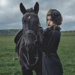 Jigsaw puzzle: Girl with a black horse