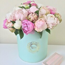 Jigsaw puzzle: Box with a bouquet of peonies