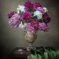 Jigsaw puzzle: Vase with a bouquet of peonies