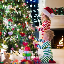 Jigsaw puzzle: Decorating the Christmas tree